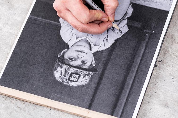Passo 1: Stampa il motivo scelto e posizionalo sulla superficie di legno. Metti un foglio di carta carbone tra il motivo e il legno.